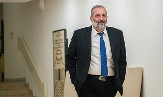 Report: Deri may agree to close synagogues if demonstrations banned