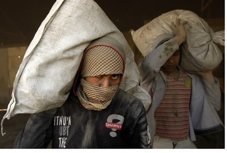 Gazan Arabs smuggle cement (file)