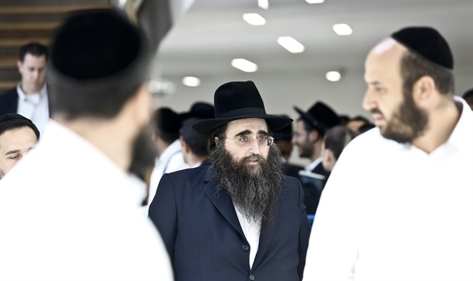 Rabbi Pinto accompanied by his followers. Archive.