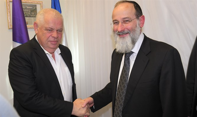 Rabbi Dovid Hofstedter meets with Ronen Plott