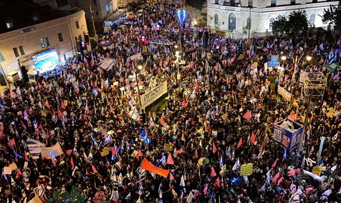 Thousands protest against Netanyahu in Jerusalem