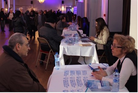 A large crowd waits to meet with Jewish Agency counselors at an Aliyah Fair in Paris Sunda