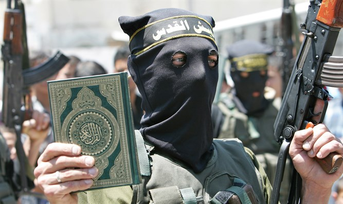 Islamic Jihad terrorist holds Koran at Gaza rally