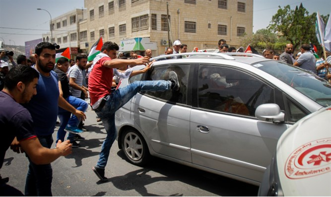 Mob of Arab terrorists attack Jewish driver in Hawara