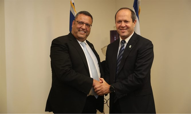 Incoming mayor, Moshe Lion (left), meets his predecessor, Nir Barkat (right)